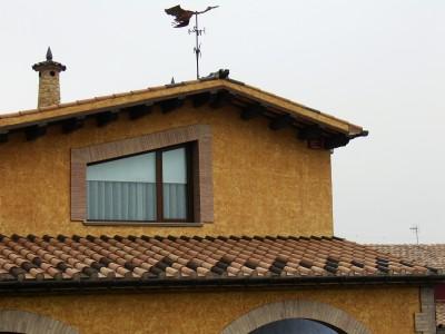 Detall teulat amb sageta i xemeneia pedra