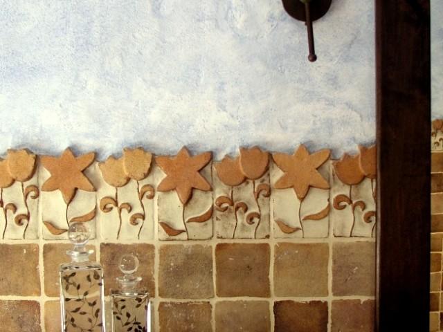 Detall cenefa d´autor en bany rústic