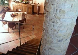 Pilar rodó de pedra i escala rústica