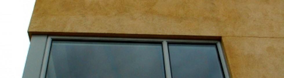 Façana amb remolinat colorejat