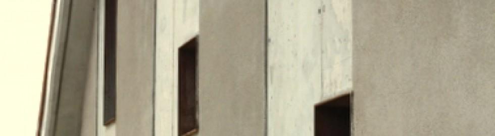 Façana amb murs de formigó